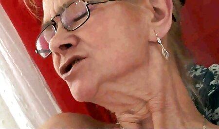 Jonge blonde rijdt een porno hub lesbisch strakke kont op een pik